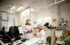 De acordo com estatísticas apresentadas pela ONU e pela OMS, 70% dos profissionais que atuam na linha de frente contra a COVID-19 e a contaminação pelo coronavírus são mulheres. Reprodução: Jornal da UFRGS (Foto de Flávio Dutra).